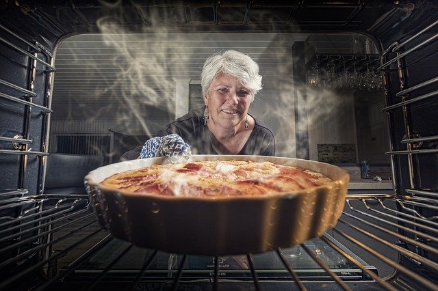 tarte au pommes avec grand mère qui sort du four