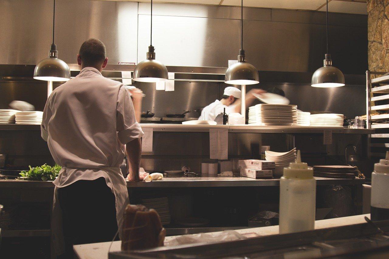 cours de cuisine avec un chef dans une cuisine